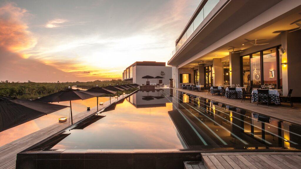 NIZUC Resort & Spa restaurant and swimming pool